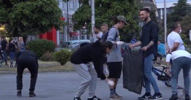 Fytyra evropiane e Tetovës, protestuesit pastruan sheshin pas protestës! (Video)