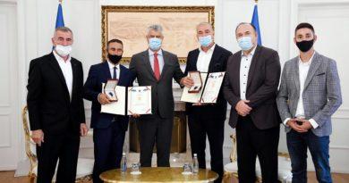 Thaçi dekoron Hamit dhe Halim Ngucatin me Urdhrin Heroi i Kosovës