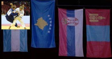 Distria Krasniqi shtang mediat serbe duke ngritur flamurin e Kosovës mbi flamurin serb