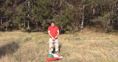 Gazetari bullgar urinon në flamurin bullgar për shkak të politikës që ndjek shteti ndaj Maqedonisë (Video)