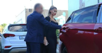 """""""Sikur je presidenti"""", Luana fotografohet me truprojë personale dhe makinën luksoze (FOTO LAJM)"""