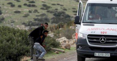 Ushtarët izraelitë përpiqen të marrin me for.cë palestinezin e pla.gosur