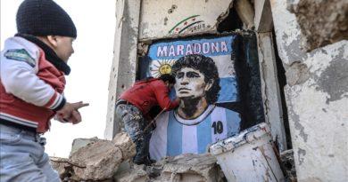 Artisti sirian vizaton në muret e rrënojave portretin e Maradonës (Foto)