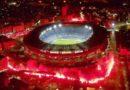 Tifozët e Napolit ndriçojnë stadiumin e tyre në nderim të Maradonës (Video)