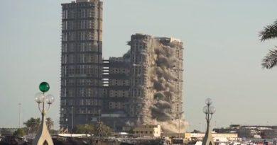 Si u shembën për 10 sekonda katër super kullat në Abu Dhabi (Video)