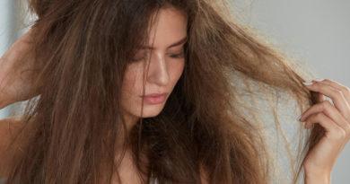 Për të kuptuar nëse ke flokë të shëndetshëm apo të dëmtuar, të duhet vetëm një gotë me ujë!