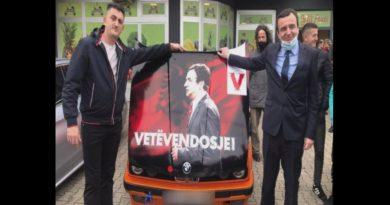 Albin Kurti takon fansin që e mban fotografinë e tij në veturë