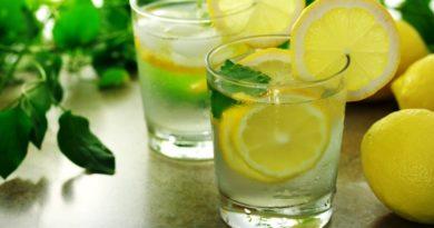 Kur është koha e duhur për të pirë ujë me limon