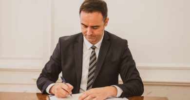Kryeparlamentari Konjufca tregon se kur do të paditet Serbia për gjenocid në Kosovë