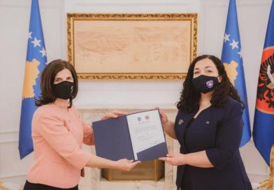 """Presidentja Osmani ia dorëzoi kopjen e dekoratës """"Urdhri Hero i Kosovës"""" familjes së Agim Ramadanit"""