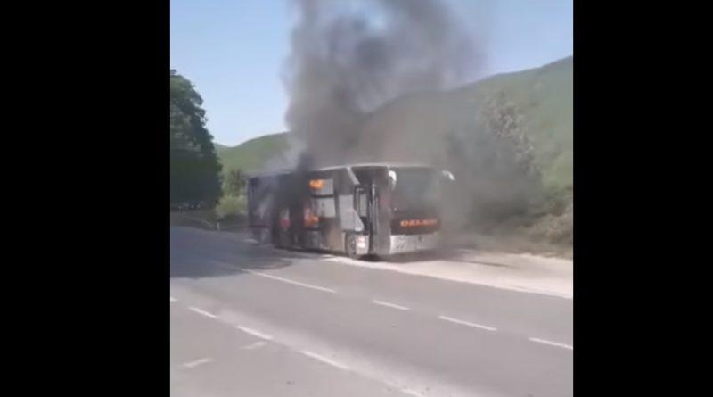 Digjet në mes të rrugës një autobus në Han të Elezit (Video)