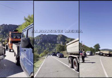 Pamje nga veriu i Kosovës, serbët vazhdojnë të bllokojnë rrugët me kamionë